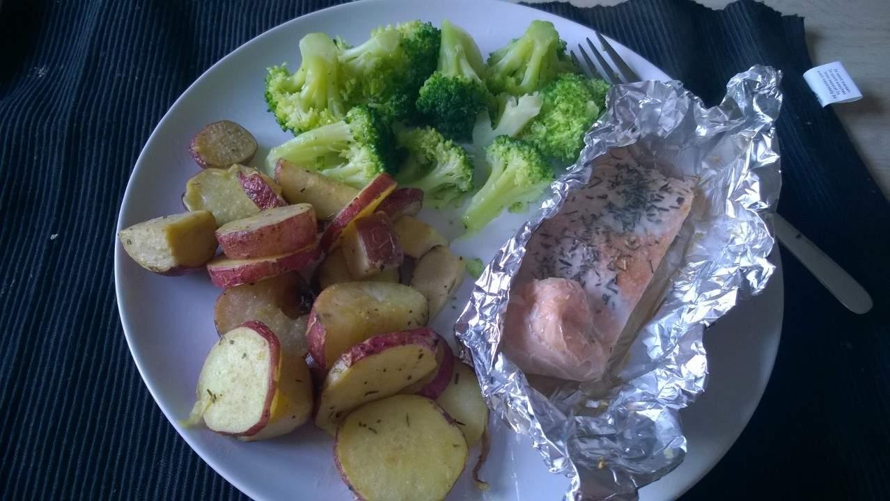 Nog een inspiratiefoto: de bataat, gekookt in de schil en daarna in plakjes gebakken, met broccoli en zalm