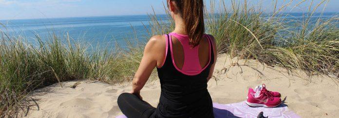 30 day challenges deel 1: 30 dagen in yoga-outfit op het strand zitten