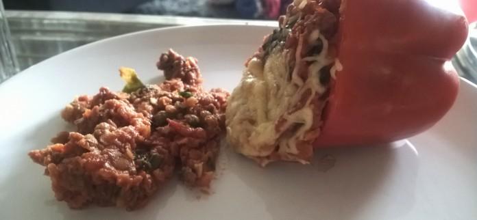 Bij mij kiepte de gevulde paprika om bij het serveren. Altijd jammer. Gelukkig smaakte hij er niet minder om.