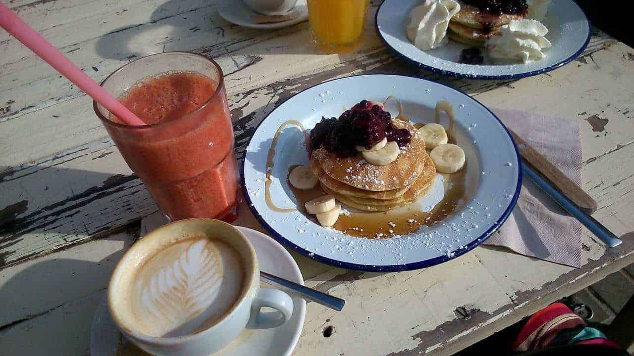 Een goed ontbijt maakt je in elk geval blij! Maar moet je per se ontbijten?