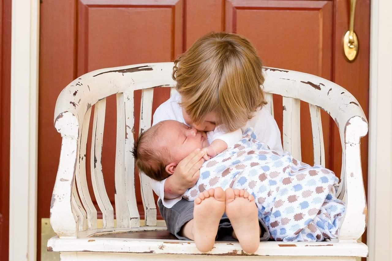 En als we toch bezig zijn: er is ook geen 'goed' of 'fout' speelgoed: laat kinderen ongeacht hun geslacht kennismaken met zowel poppen als blokken om te ontdekken wat bij hen past. Poppen bereiden voor op zorgen voor zusjes of broertjes of kinderen, blokken stimuleren ruimtelijk inzicht.